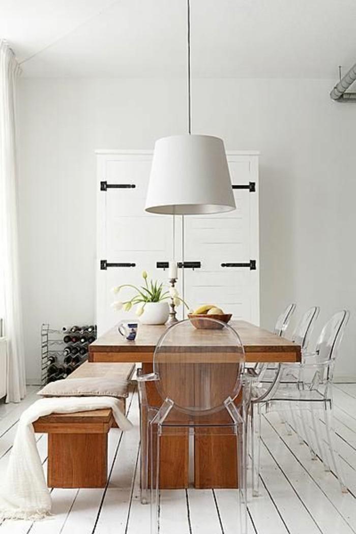 salle-a-manger-avec-des-chaises-transparentes-chaises-plexiglass-sol-en-planchers