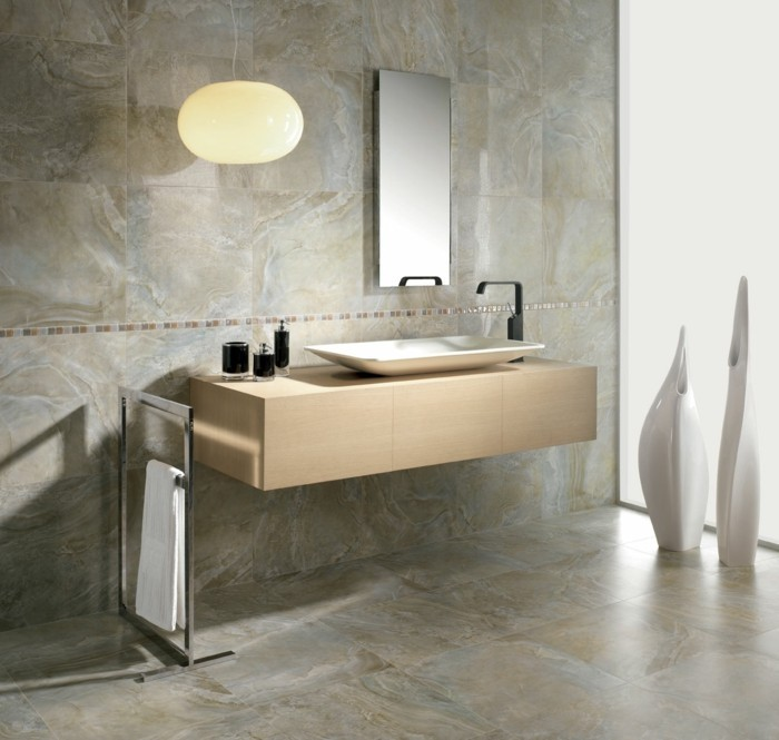 salle-de-bain-avec-carrelage-effet-marbre-beige-marbre-de-carrare-prix