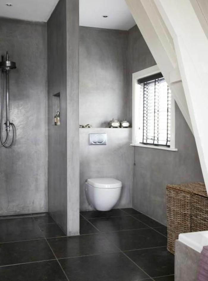 salle-de-bain-avec-murs-en-beton-ciré-gris-carrelage-noir-fenetre-dans-la-bain