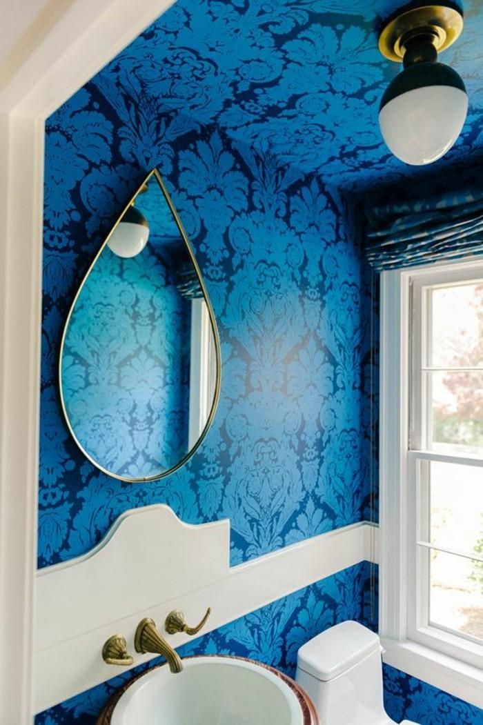 salle-de-bain-avec-papier-peint-bleu-foncé-idee-pour-les-murs-dans-la-salle-de-bain