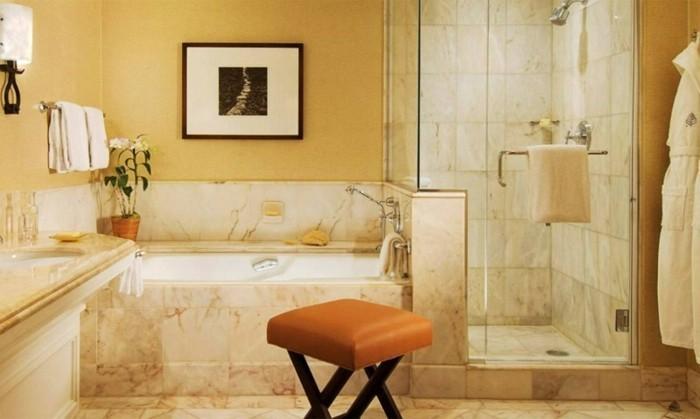 salle-de-bain-blanc-beige-carrelage-effet-de-marbre-pour-la-salle-de-bain-beige