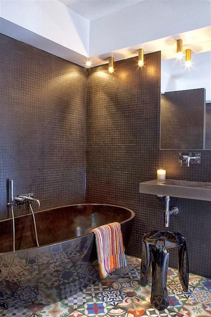 salle-de-bain-noir-avec-sol-coloré-miroir-mural-dans-la-salle-d-eau-meubles-pas-cher