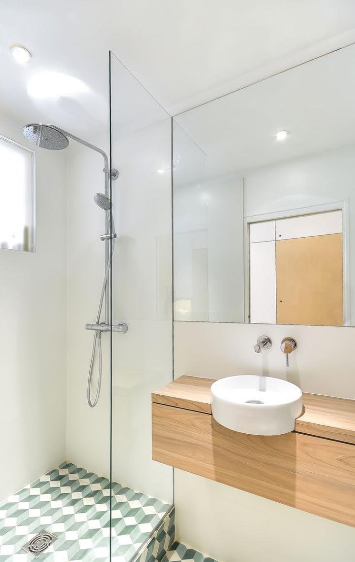 salle-de-bain-scandinave-évier-rond-petit-comptoir-en-bois