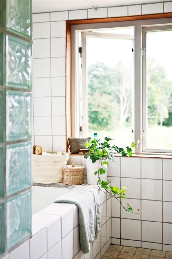 salle-de-bain-scandinave-carrelage-blanc-et-décoration-avec-une-plante-verte