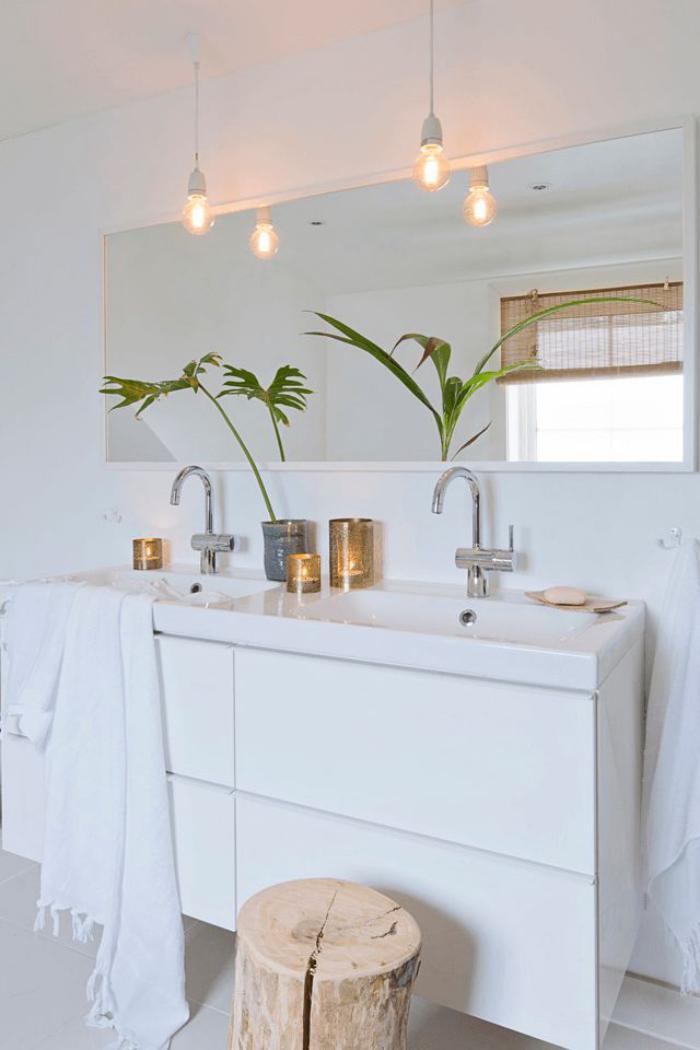 salle-de-bain-scandinave-décor-intéressant-ampoules-pendantes