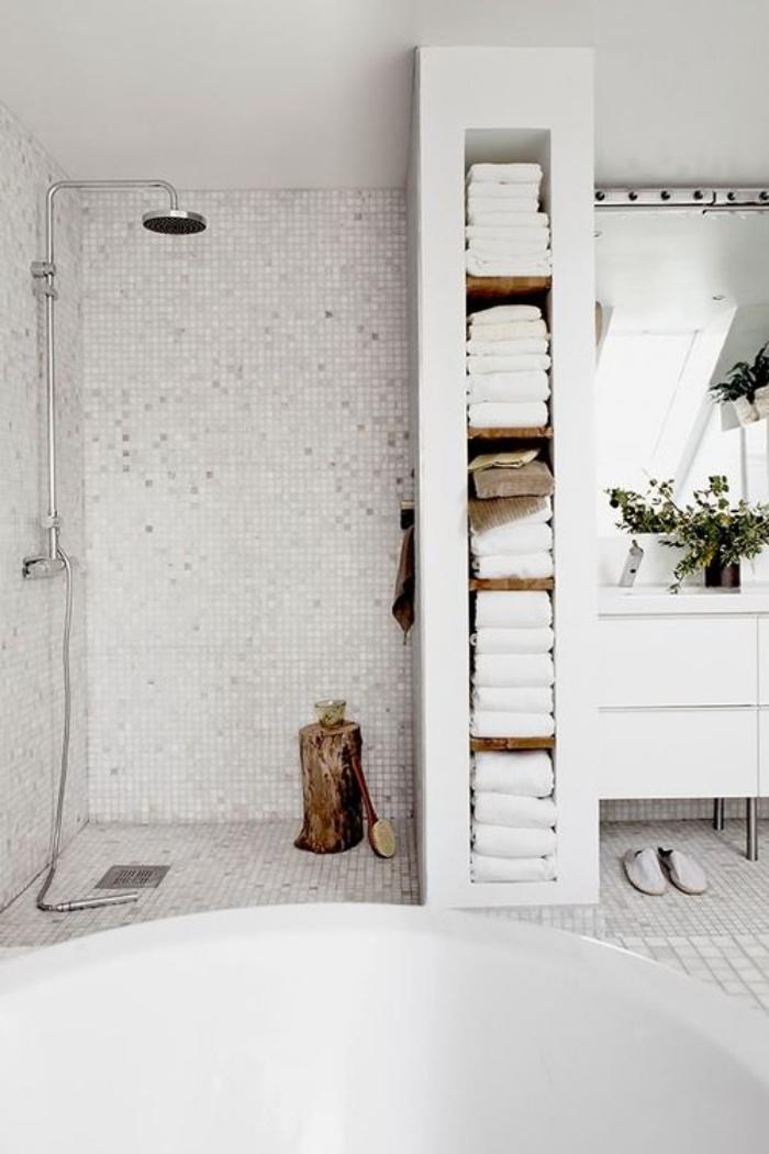 salle-de-bain-scandinave-grande-baignoire-ronde-et-meuble-colonne