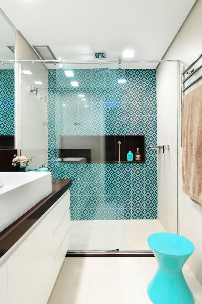 salle-de-bain-scandinave-grande-vasque-rectangulaire-éléments-déco-turquoises