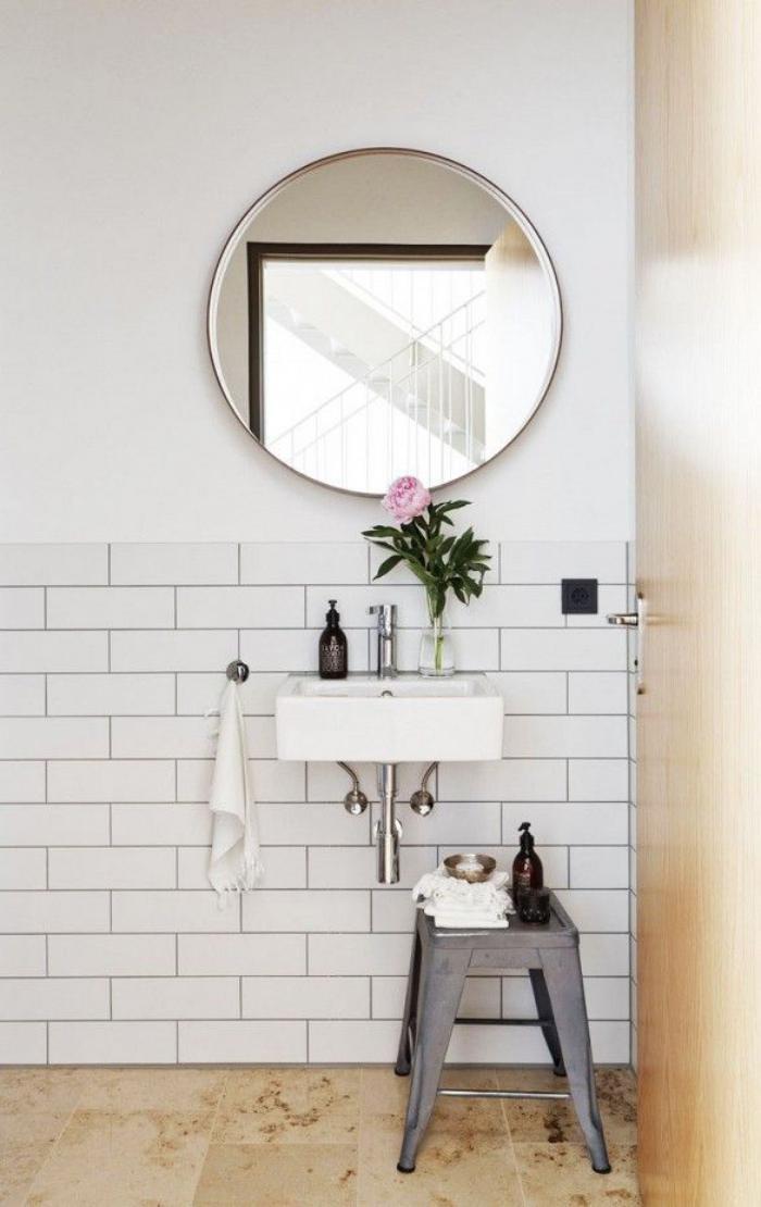 salle-de-bain-scandinave-miroir-rond-et-petit-éver-blanc