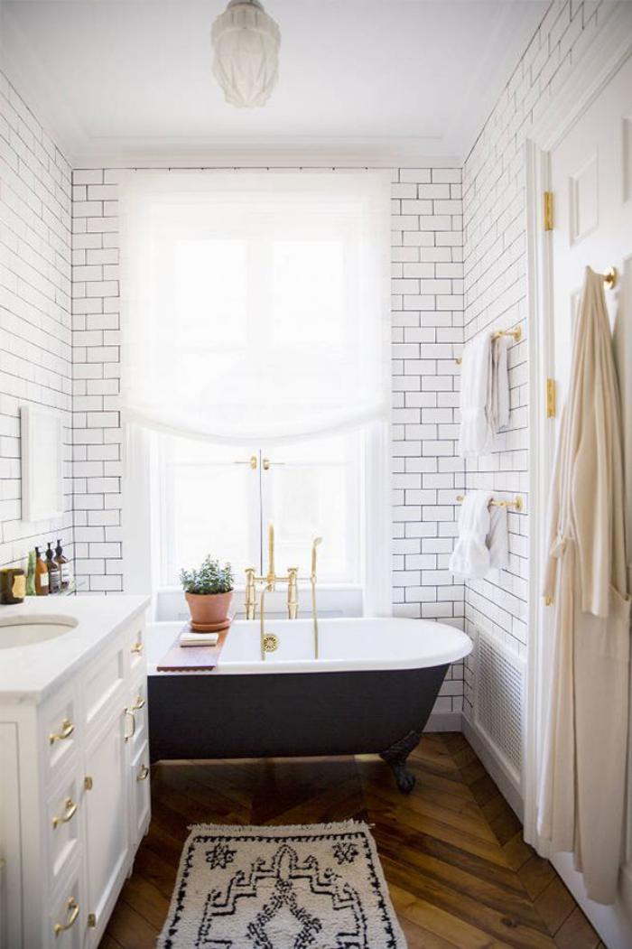salle de bain scandinave murs blancs baignoire en