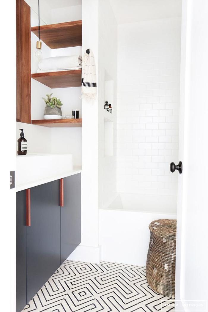 salle-de-bain-scandinave-originale-étagèresè-murales-en-bois
