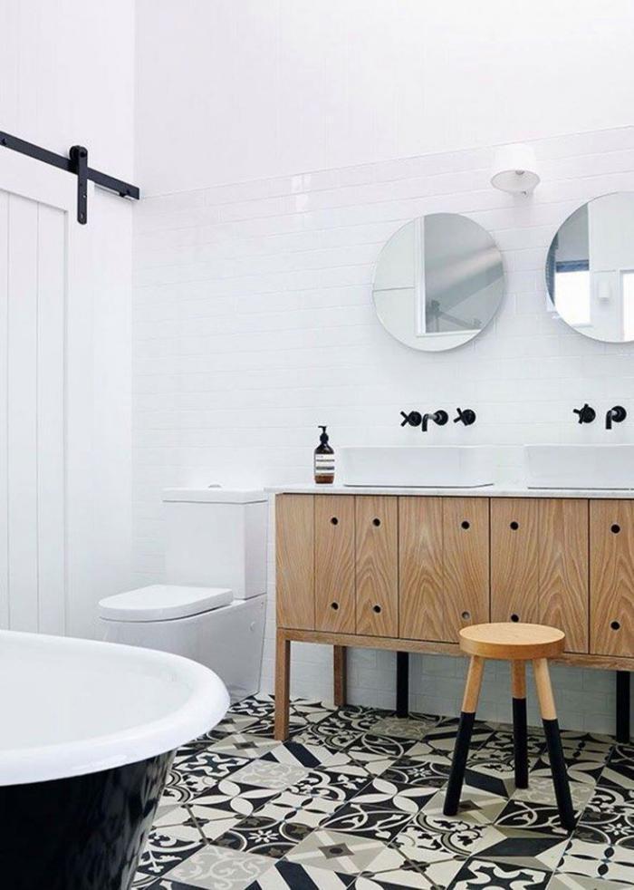 salle-de-bain-scandinave-placards-en-bois-et-baignoire-en-noir-et-blanc