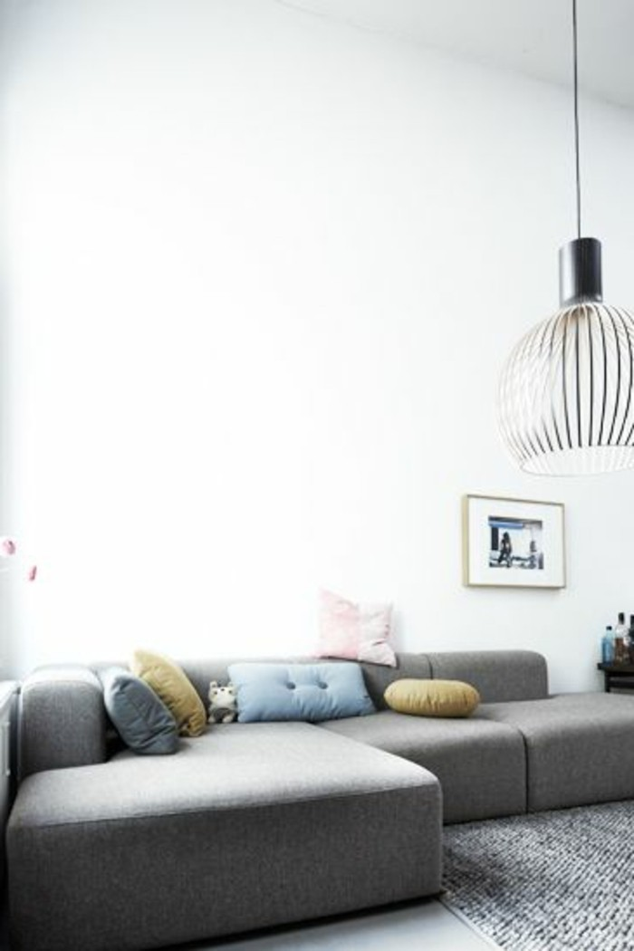 salon-avec-canapé-gris-chiné-canapé-d-angle-gris-tapis-gris-murs-blancs-salon-chic