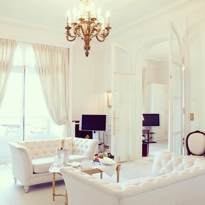salon-baroque-meubles-blancs-lustre-baroque-murs-blancs-plafond-haut-blanc-fauteuil-baroque-pas-cher
