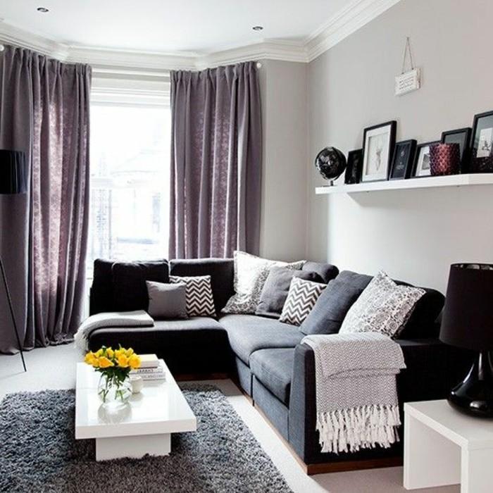 salon-chic-avec-canapé-gris-chiné-canapé-d-angle-gris-coussins-gris-rideaux-gris