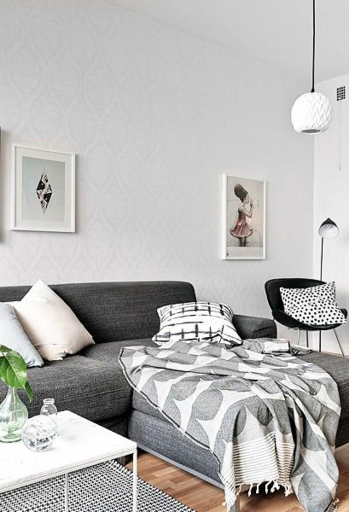 salon-chic-avec-canapé-gris-chiné-canapé-d-angle-gris-murs-blancs-parquet-clair-pour-le-salon-moderne