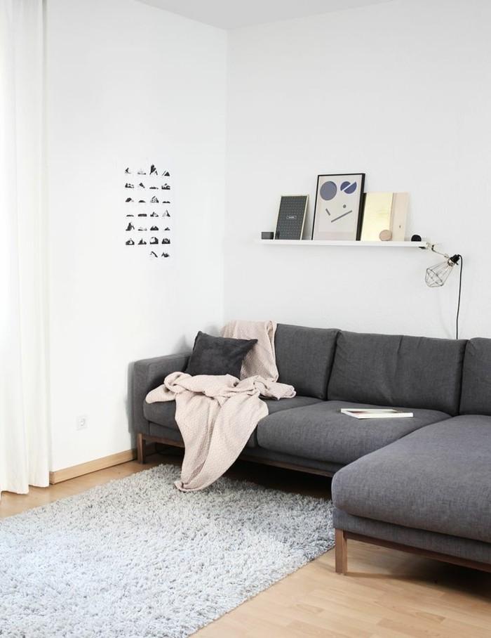 salon-chic-avec-canapé-gris-chiné-canapé-d-angle-gris-tapis-gris-clair-pour-le-salon-parquet-clair