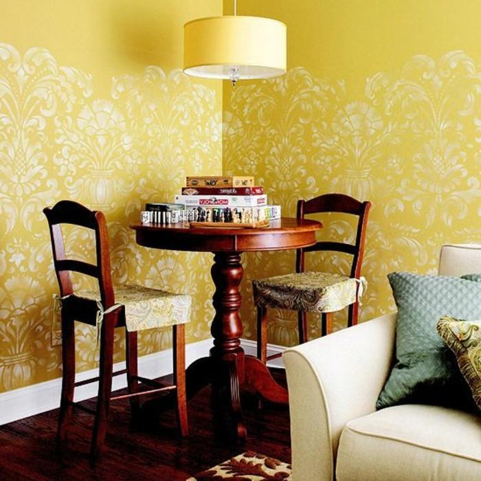 salon-chic-avec-papier-peint-jaune-blanc-canape-beige-idee-coussins