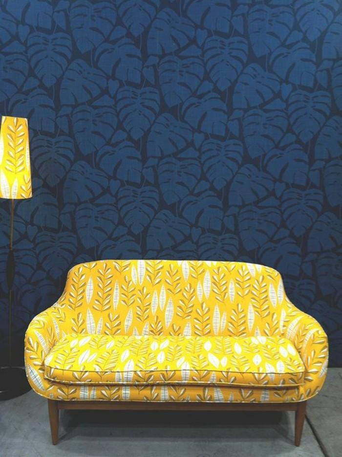 salon-chic-avec-papiers-peints-design-bleu-foncé-canape-blanc-jaune-pour-le-salon
