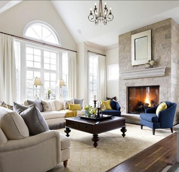 salon-meubles-en-bleu-foncé-cheminee-d-interieur-sol-en-parquet-foncé-association-couleur-taupe-tapisserie-taupe
