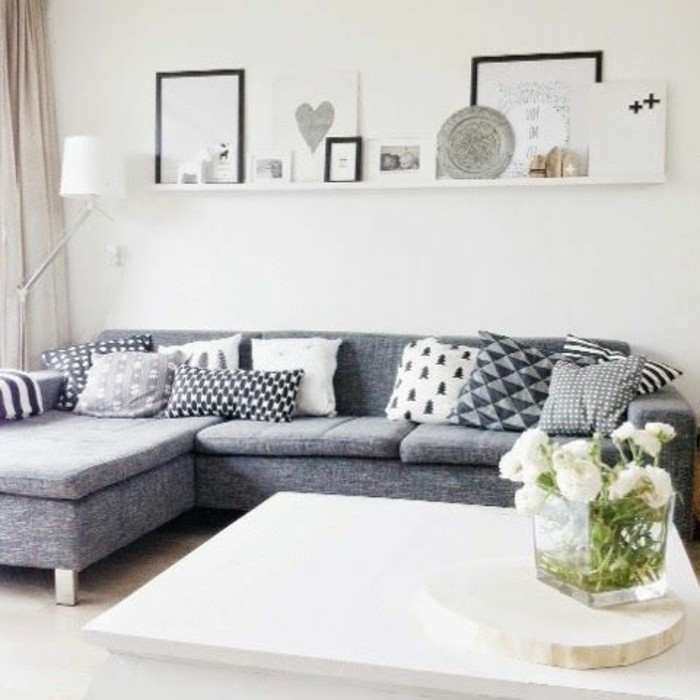 salon-moderne-avec-canapé-gris-chiné-canapé-d-angle-gris-meubles-modernes-fleurs-salon