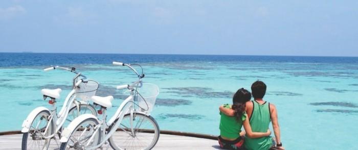 sun-island-maldives-maldives-voyage-carte-des-maldives-couple-bicyclettes