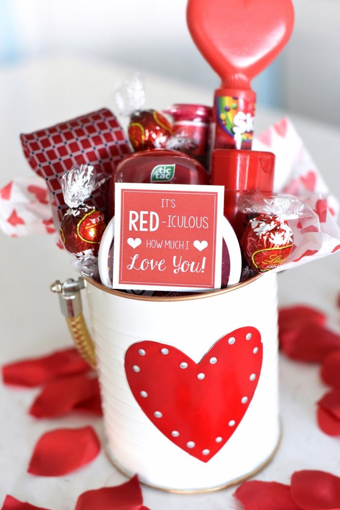 surprise gourmande homme tasse remplie de bonbons chocolat idée cadeau homme saint valentin