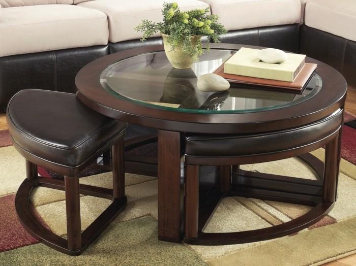 table-basse-ronde-en-bois-foncé-pour-le-salon-chic-fleurs-sur-la-table-de-salon