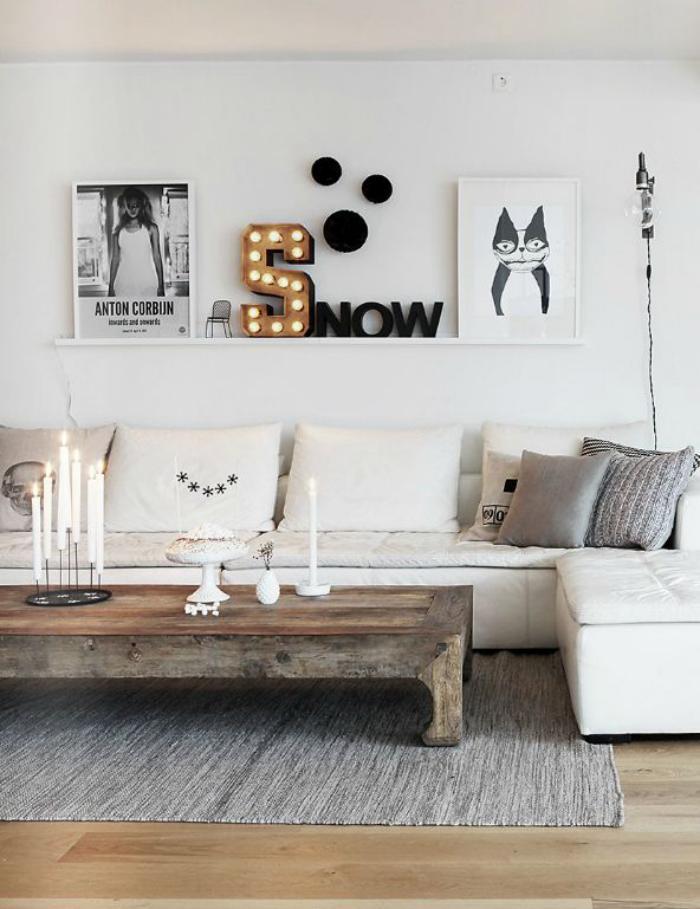 table-rustique-de-bois-dans-un-salon-scandinave
