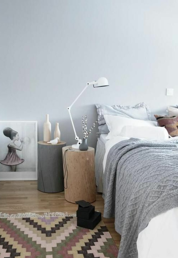 tapisserie-taupe-pour-la-chambre-a-coucher-tapis-colore-murs-blancs