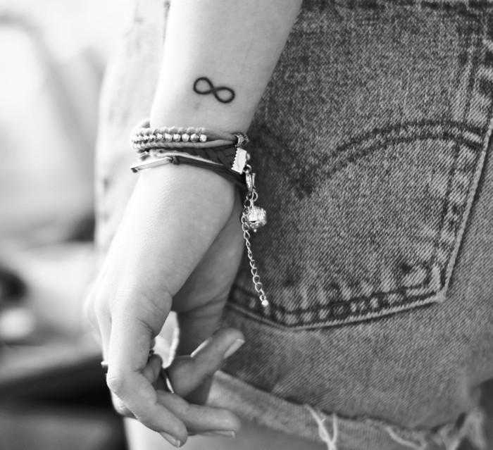 tatouage-colombe-tatouage-feminin-tatouage-aile-d-ange-poignet-infinie