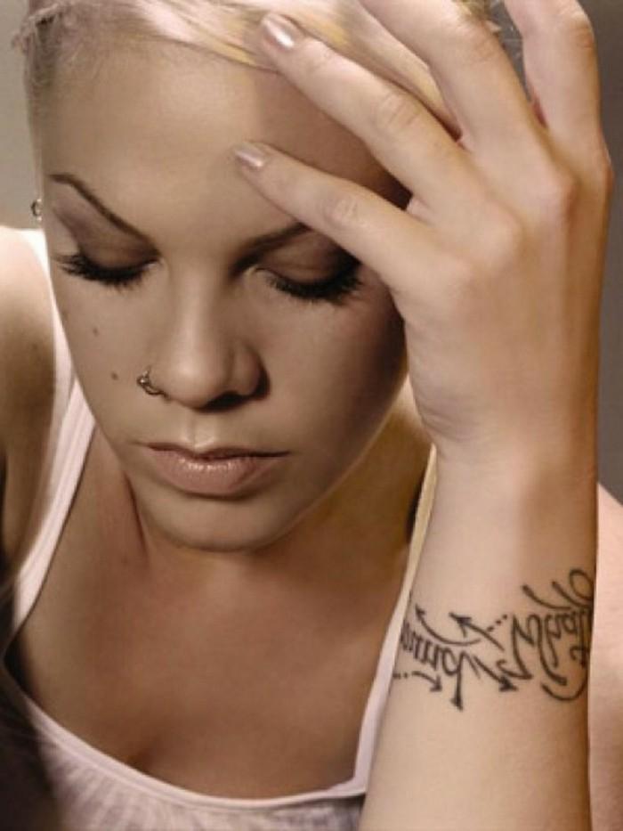 tatouage-lettre-tatouage-femme-poignet-tatouage-fleur-poignet-pink