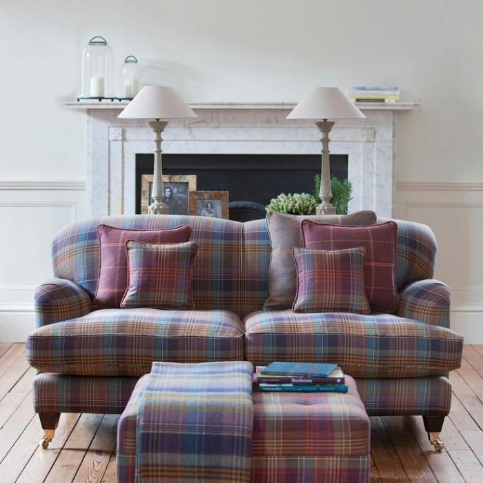tissi-écossais-sofa-habillé-en-textiles-ecossais-sol-planches-de-bois