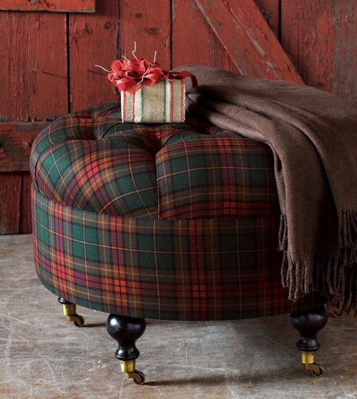 tissi-écossais-tabouret-rond-vintage-habillé-en-étoffe-à-carrés-écossais