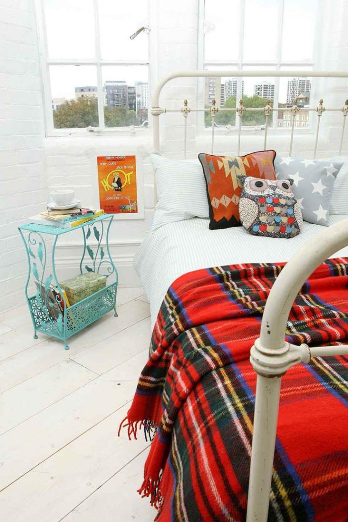 tissu-écossais-belle-couverture-tartan-rouge-pour-une-chambre-à-coucher-blanche