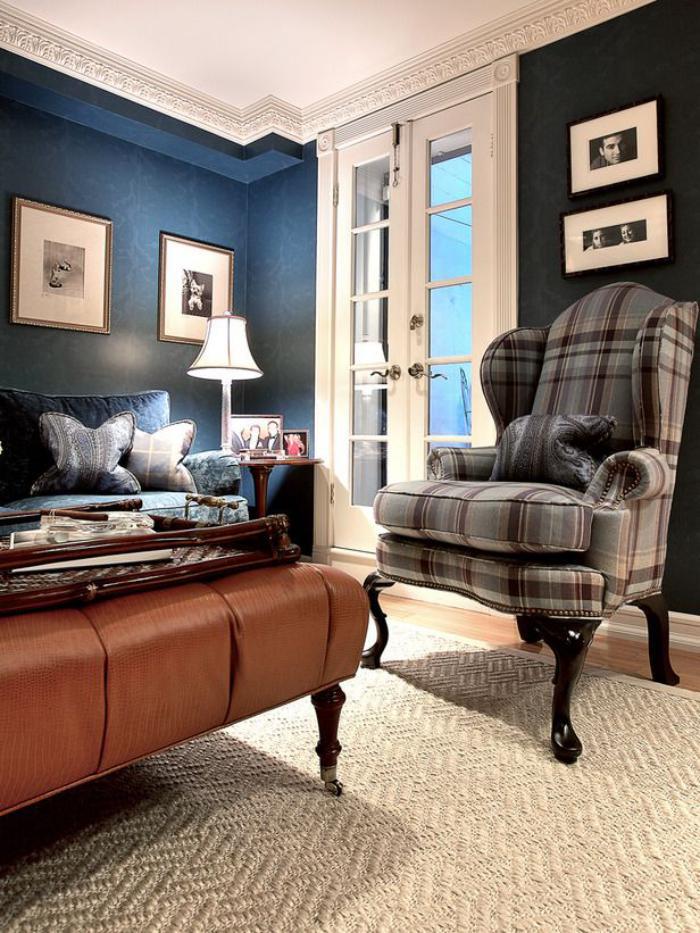 tissu-écossais-fauteuil-écossais-table-cuir-marron-murs-bleus-imposants