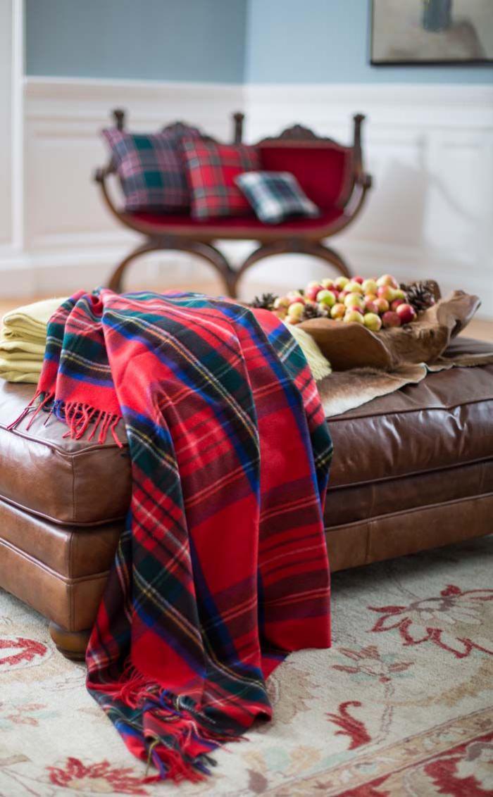 tissu-écossais-plaid-ecossais-rouge-sur-un-grand-ottoman-en-cuir