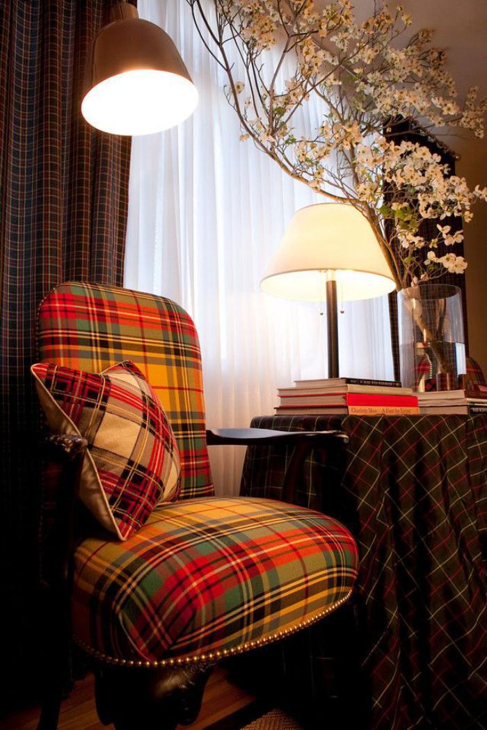 tissu-écossais-textile-carré-ecossais-sur-un-grand-fauteuil