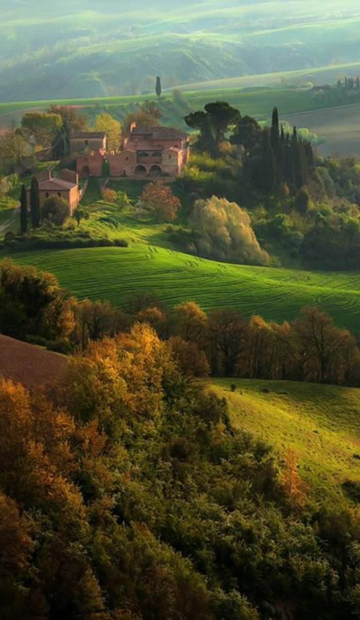 un-paysage-magnifique-dans-la-toscane-les-champs-verts-de-la-toscane