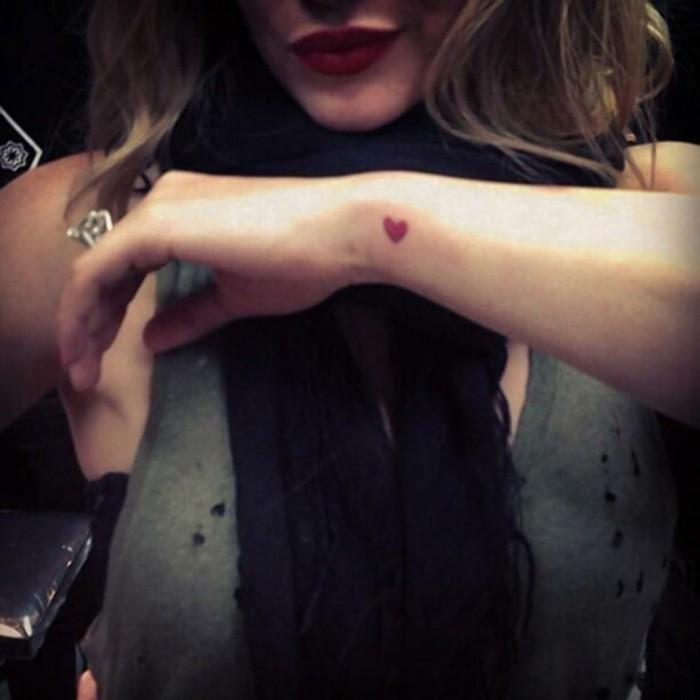 un-tatouage-rose-poignet-tatouage-poignet-discret-coeur