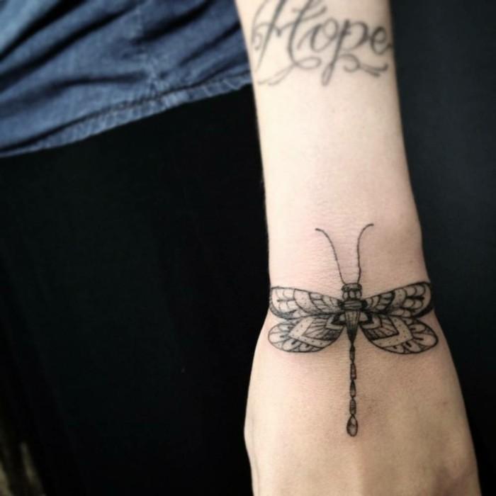 un-tatouage-rose-poignet-tatouage-poignet-discret-jolie-papillon