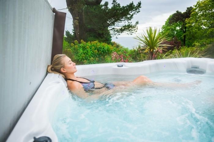 une-chambre-romantique-hotel-avec-jacuzzi-privatif-week-end-romantique-jacuzzi-spa-jacouzi-suite-jacuzzi-privatif