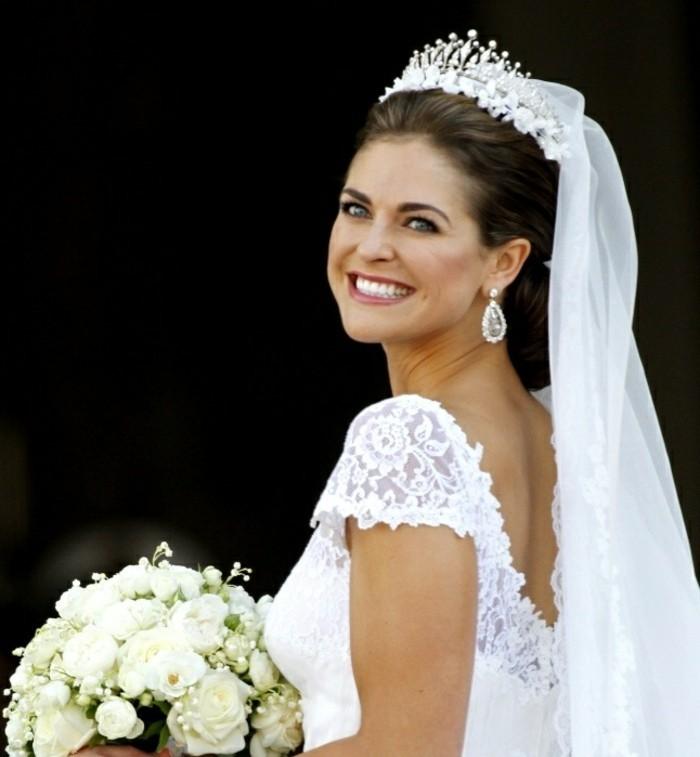 une-femme-celebre-chignon-haut-mariage-coiffure-de-mariage-idée-coiffure
