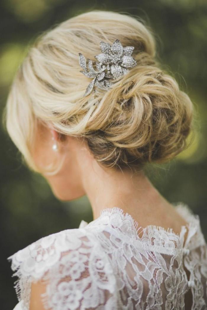 une,idée,pour,le,chignon,accessoirisé,invitée,mariage,