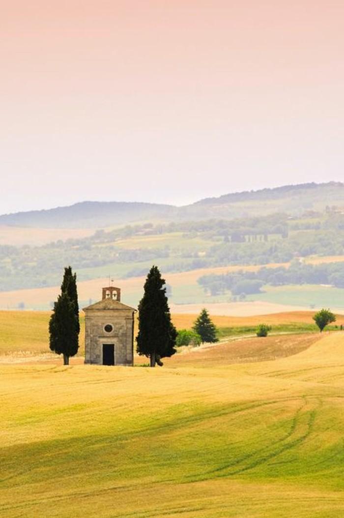 val-d-orcia-paysage-de-toscane-italie-champs-avec-une-eglise-italienne