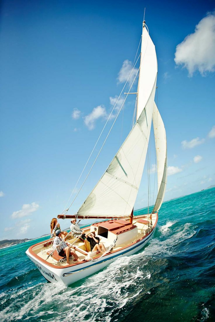 yaute-bateau-yot-de-luxe-exterieur-de-luxe-d-un-petit-yaute-bateau-yot-de-luxe