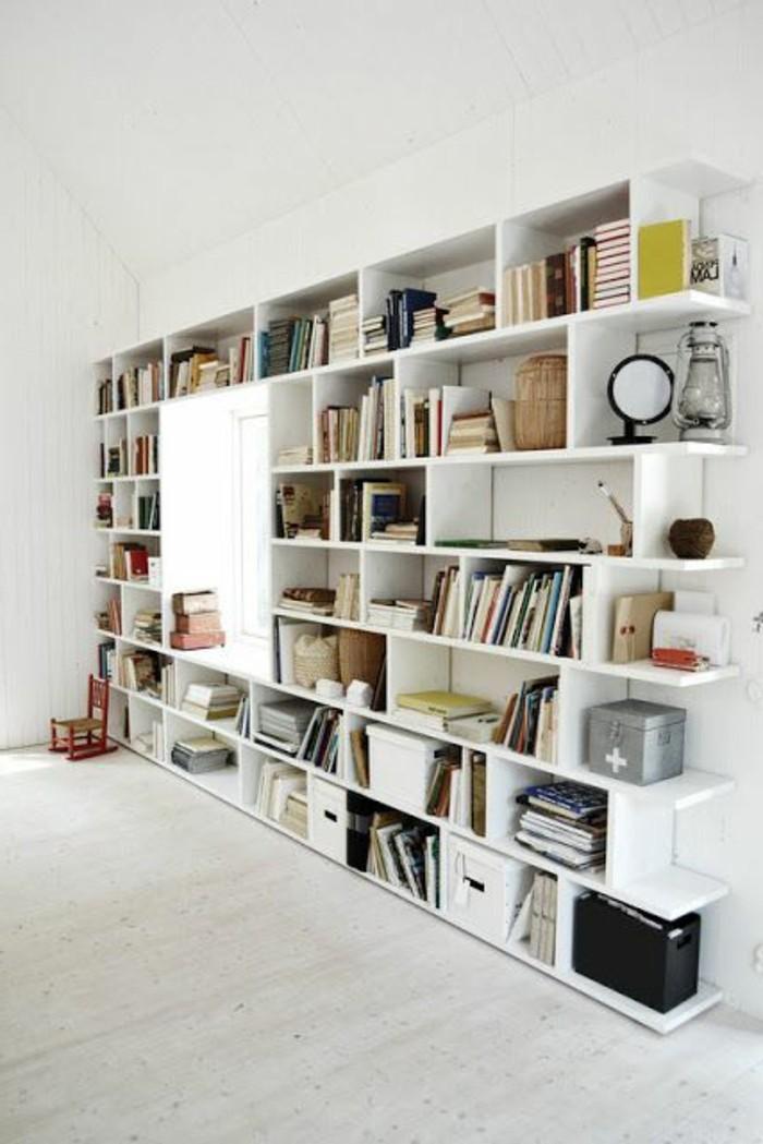 étagère-bibliothèque-design-en-bois-sol-en-parquet-beige-plafond-blanc