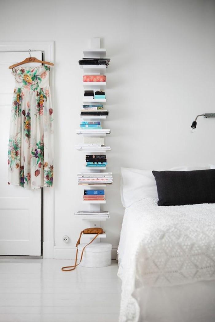 étagère-bibliothèque-en-bois-blanc-mur-blanc-couverture-de-lit-blanche