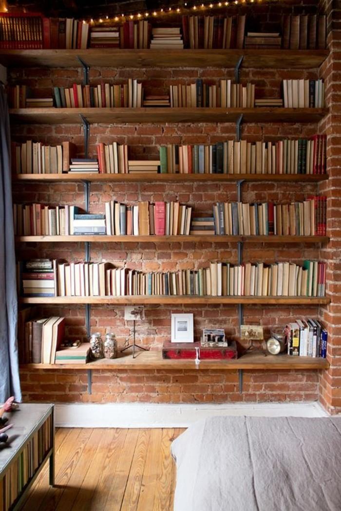 étagère-bibliothèque-en-bois-mur-de-briques-rouges-sol-en-planchers-bois-deco-murale