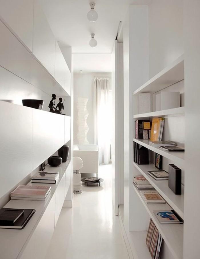 0-étagère-bibliothèque-en-bois-blanc-sol-blanc-intérieur-blanc-rideaux-longs-blancs