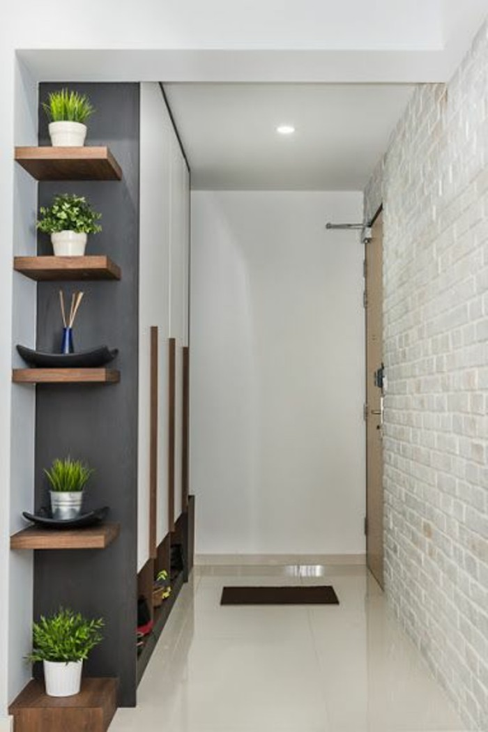 0-étagères-d-angle-en-bois-clair-etagere-en-bois-mur-en-briques-blancs-couloir-beige